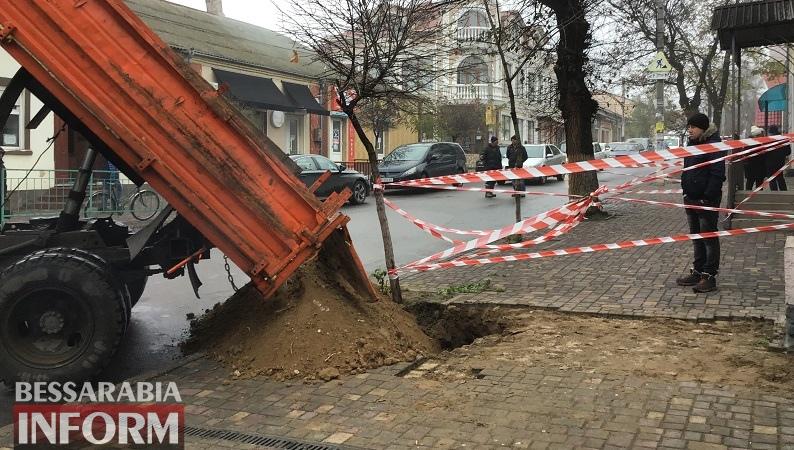 В центре Аккермана, рядом с местом, где в прошлом году под асфальт провалилась машина, рухнула часть тротуара (фотофакт)