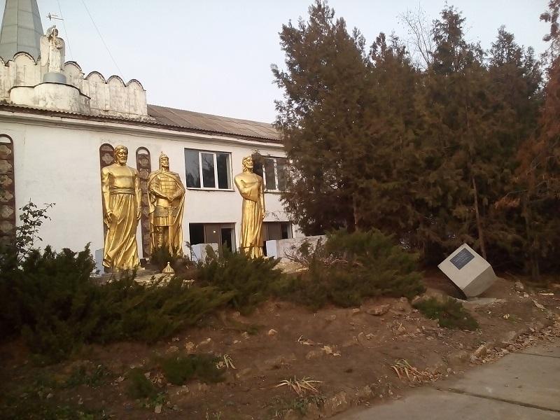 """В Арцизе возле трёх богатырей появился """"камень истины"""""""
