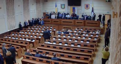 Первая сессия Одесского облсовета началась со скандала: депутаты заблокировали трибуну (прямая трансляция)