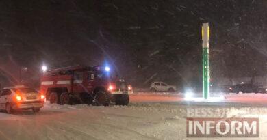 Под Маяками на автодороге Одесса-Рени в снежном плену застряли более сорока авто, включая маршрутки