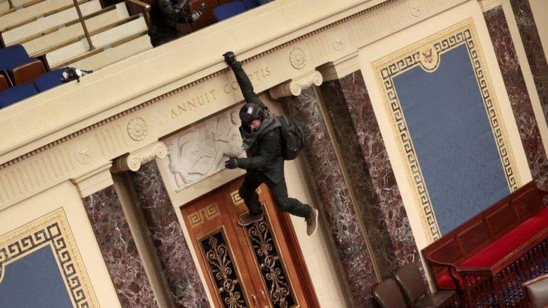 Штурм Капитолия, четверо погибших, больше 50 арестованных: что происходит в США и как политика сводит с ума