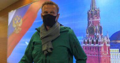 Навального задержали в аэропорту Шереметьево. Он будет находиться под стражей до избрания меры пресечения