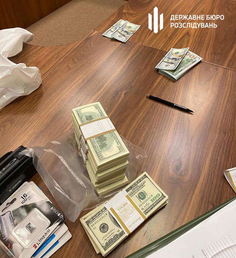 Дело Остапа Бендера живет: изобличен экс-помощник нардепа, который за 200 тыс. долларов обещал трудоустройство в Офис Президента