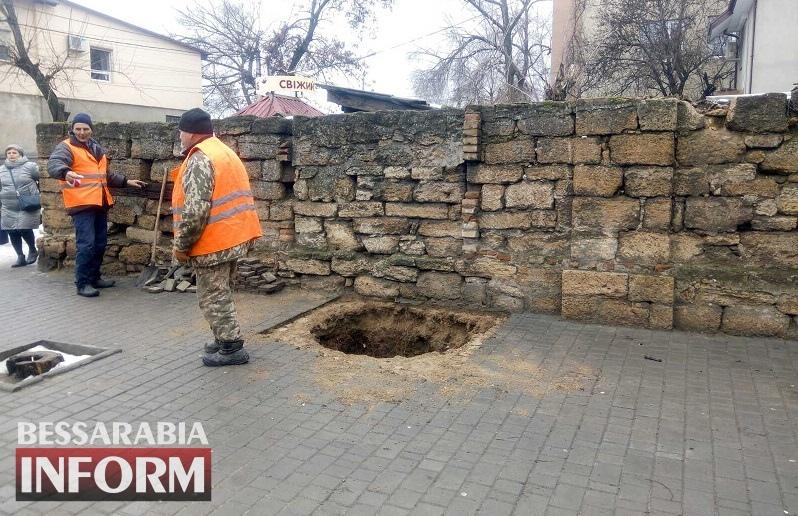 Очередной обвал в центре Аккермана: возле горбольницы под землю провалилась часть тротуара (фотофакт)