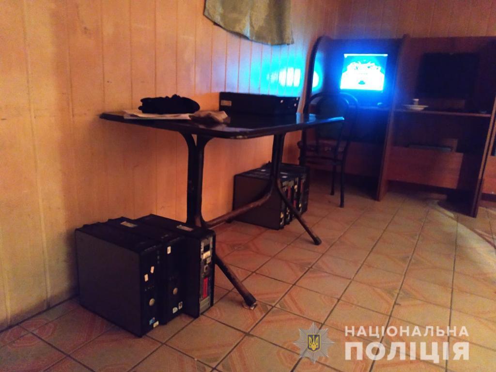 В селе Болградского района полиция прикрыла зал игровых автоматов, обустроенный в подвале жилого дома