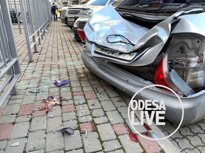 В Одессе мужчина спрыгнул с 23 этажа и остался жив. Самоубийцу спасла припаркованная машина