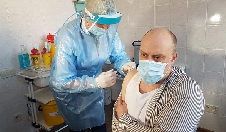 Сотрудники Одесского облздрава привились индийской вакциной от COVID-19