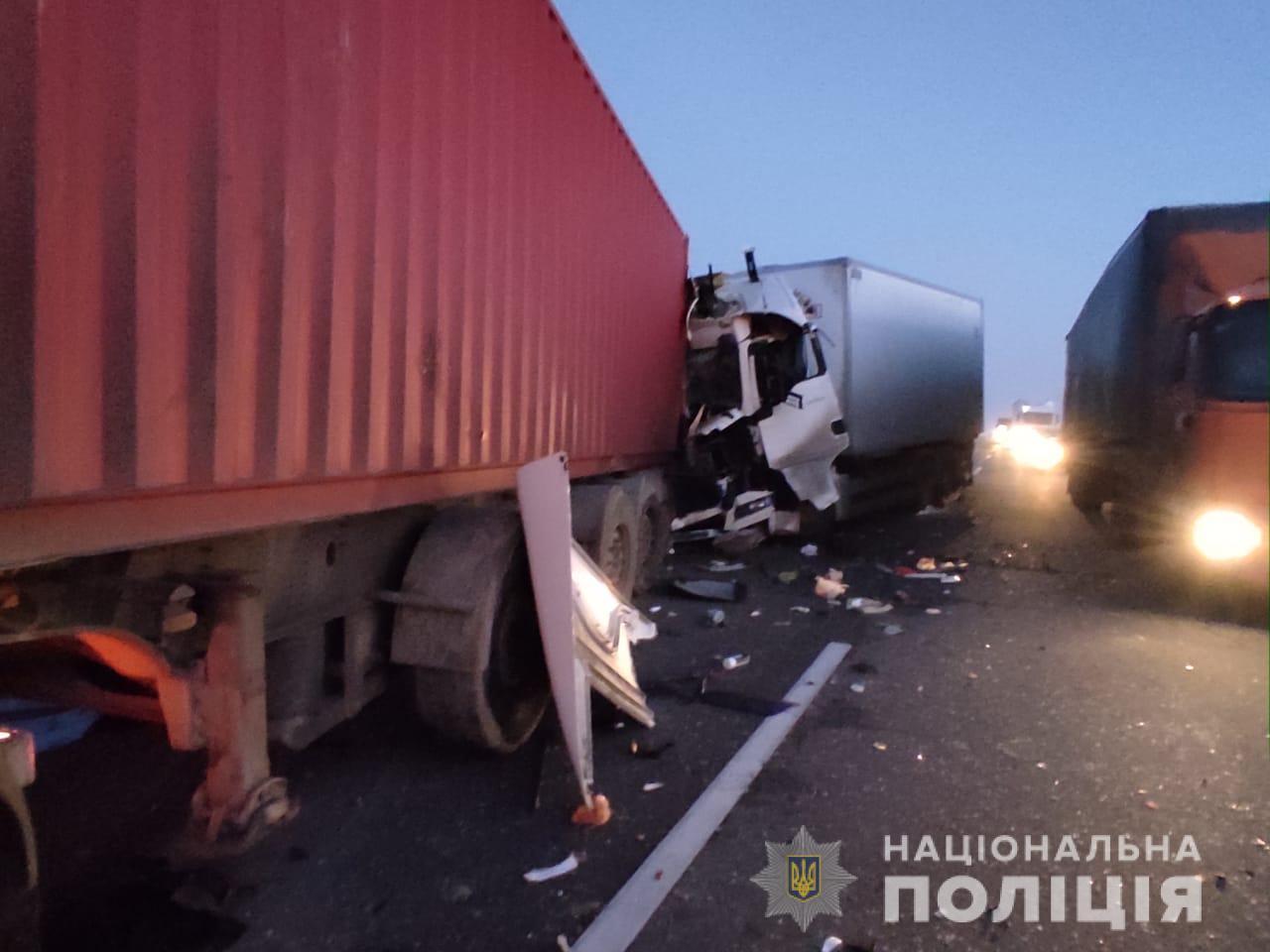 На трассе Одесса-Киев при столкновении двух фур погиб человек