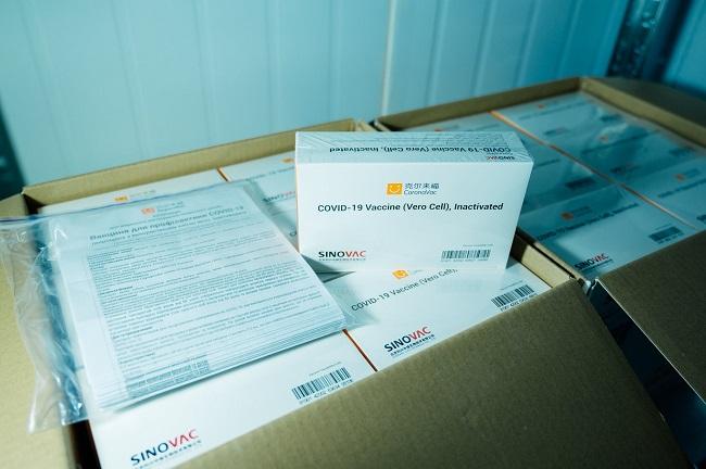 Китайская вакцина CoronaVac прибыла в Одесскую область: сколько доз получено и кого будут прививать