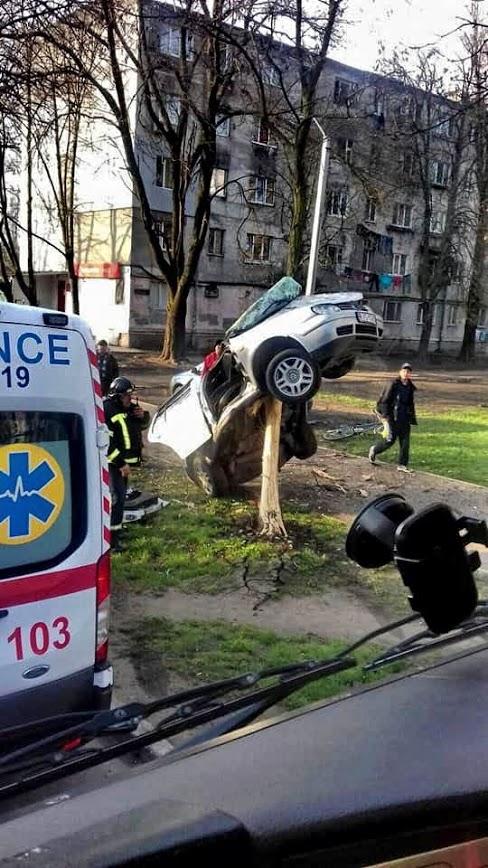 ДТП в Одессе: спасатели вырезали водителя из авто, повисшего на дереве (фото)
