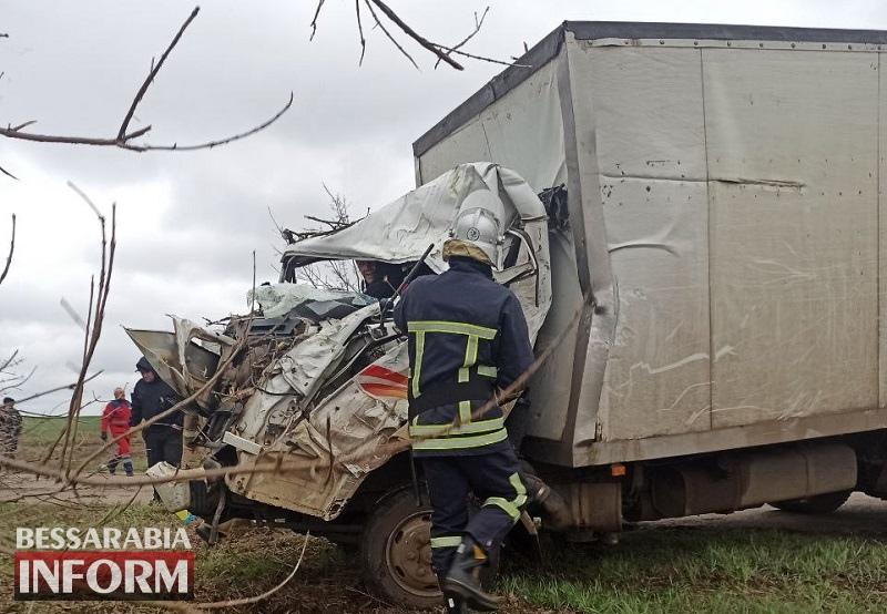 В Белгород-Днестровском районе грузовик съехал с трассы и врезался в дерево: пострадавшего водителя доставали спасатели