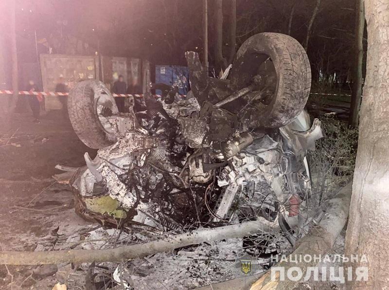 В Одессе иномарка слетела с дороги, перевернулась и вспыхнула: водитель погиб, четверо пассажиров пострадали