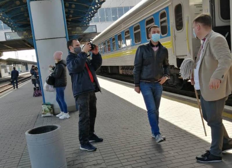 Министр Криклий и датчанин, которому пришлось самому помыть шваброй окно поезда «Киев-Измаил», поссорились в соцсети