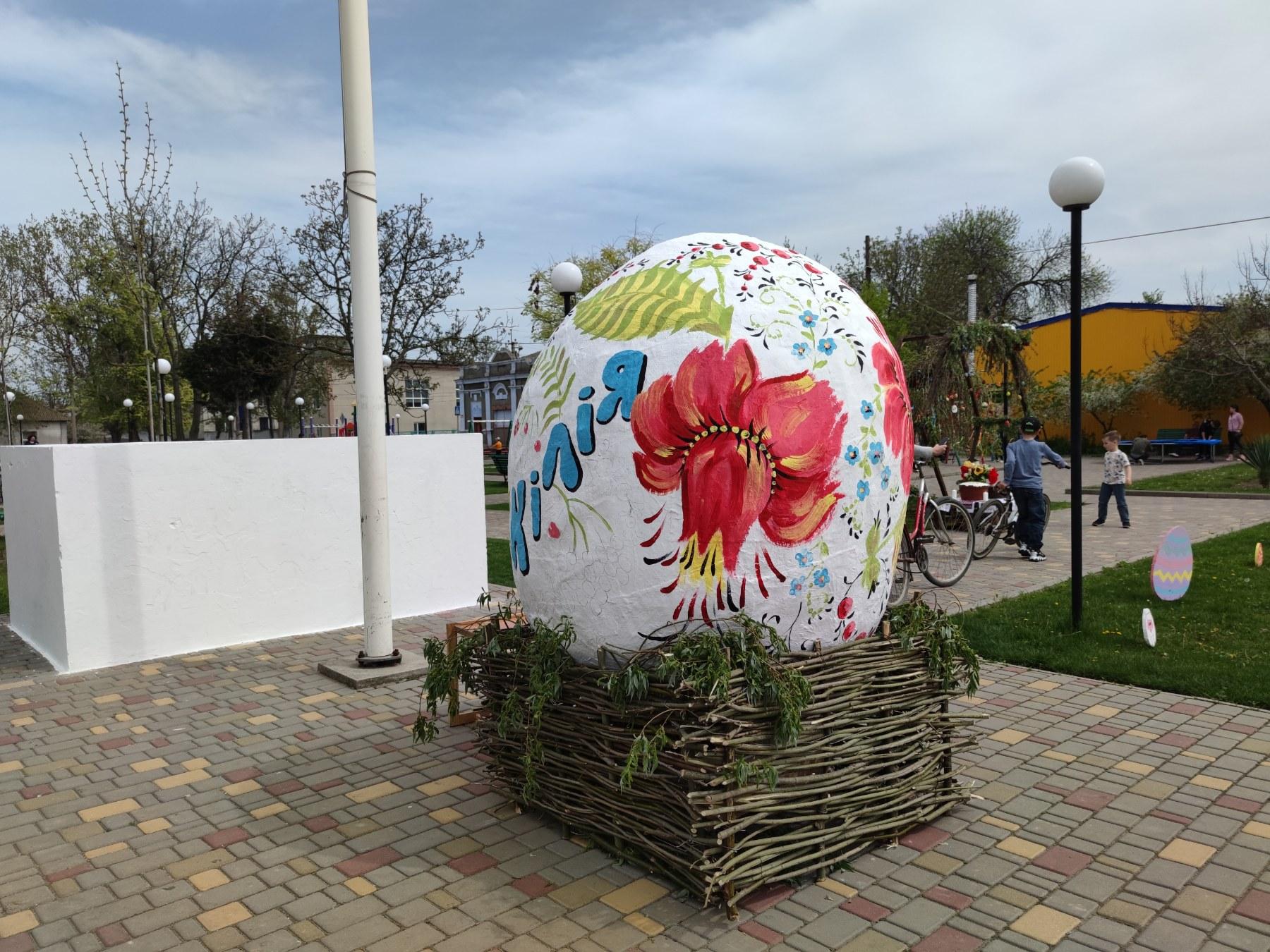 На праздновании Пасхи килийцы расписали гигантскую писанку (фото)