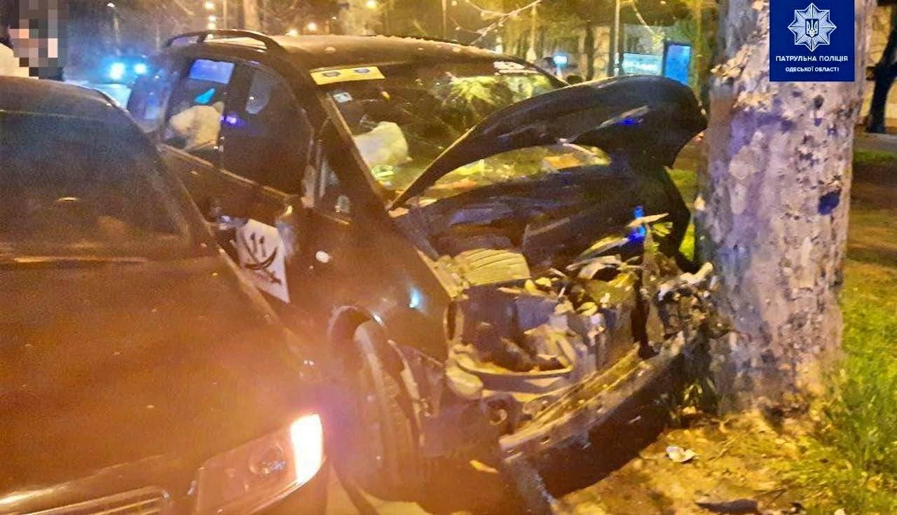 В Одессе Ford с водителем подшофе врезался в дерево: двое пострадавших