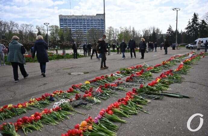 Годовщина трагедии 2 мая в Одессе: на Куликовом поле возложили цветы