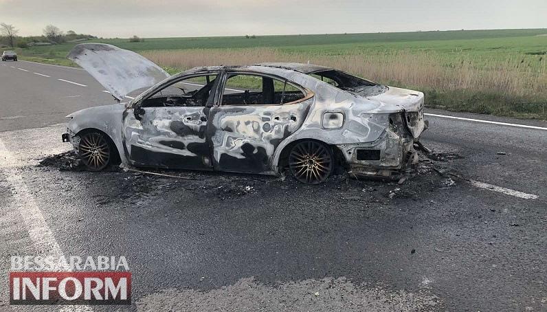 На трассе Одесса-Рени врезался в отбойник и сгорел дотла Lexus: есть пострадавшие