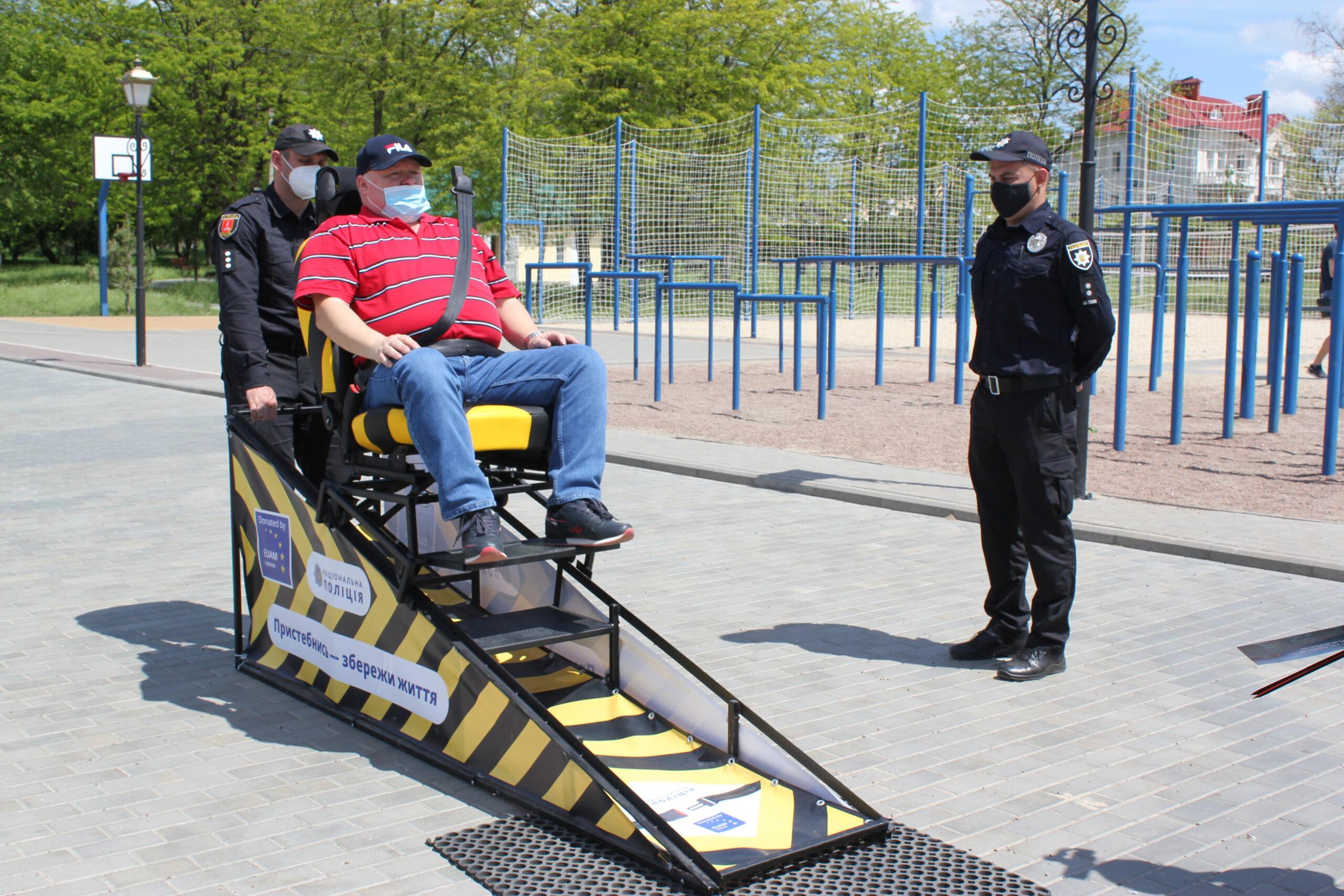 В Измаиле патрульные с помощью симулятора ДТП напомнили о важности использования ремня безопасности