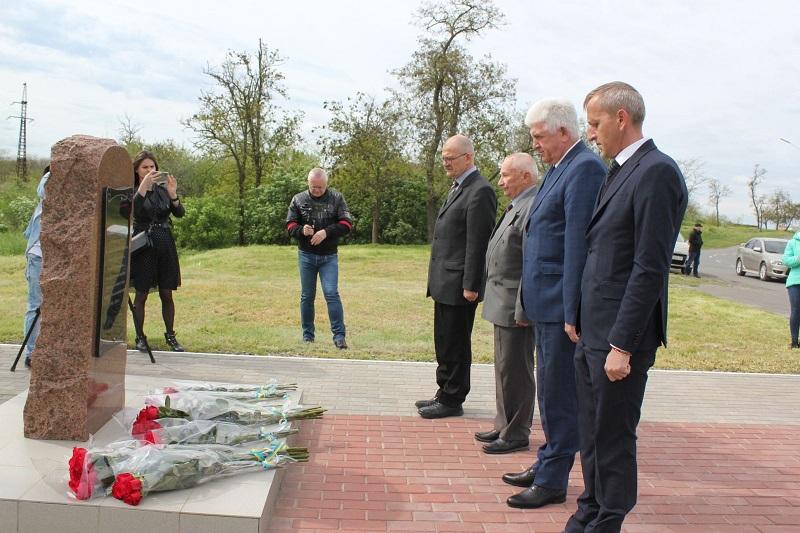 День памяти и примирения: в Измаиле возложили цветы к памятным знакам