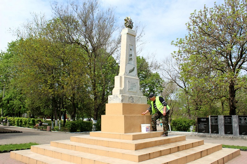 В преддверии праздника в парке Победы Аккермана установили новые скамейки и обновили памятник