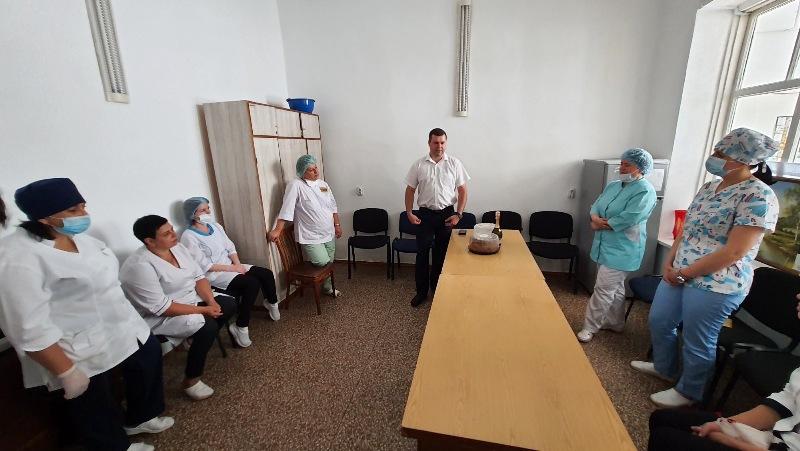 В Килии ко Дню медика традиционно прошла поздравительная акция городского совета совместно с почетным гражданином Марком Дубовым