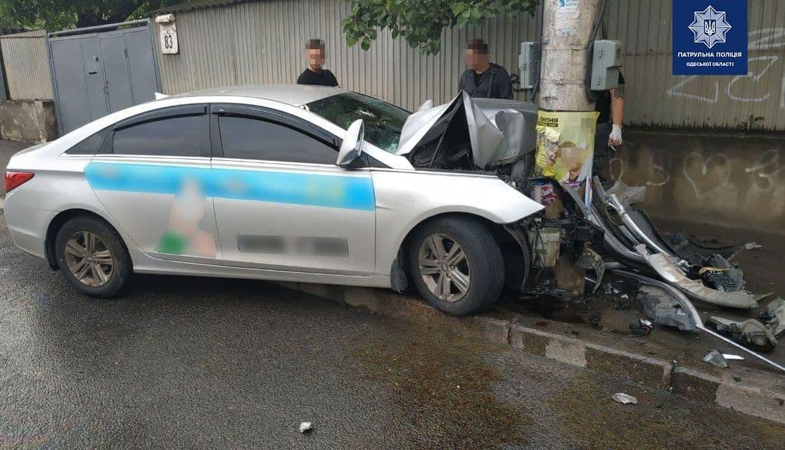 Утром в Одессе иномарка влетела в столб: четверо человек попали в больницу