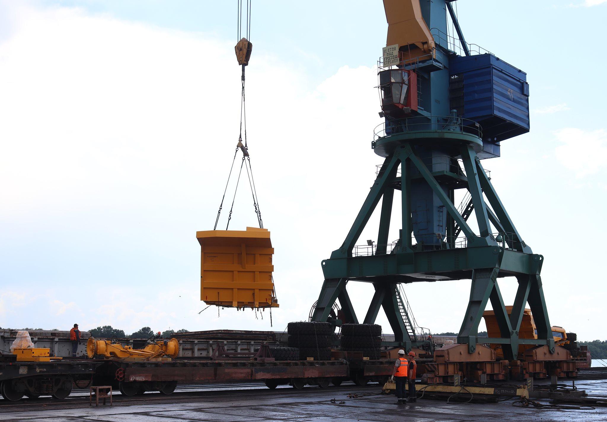 В Измаильском порту перегрузили на баржи и отправили в Сербию три огромных БелАЗа