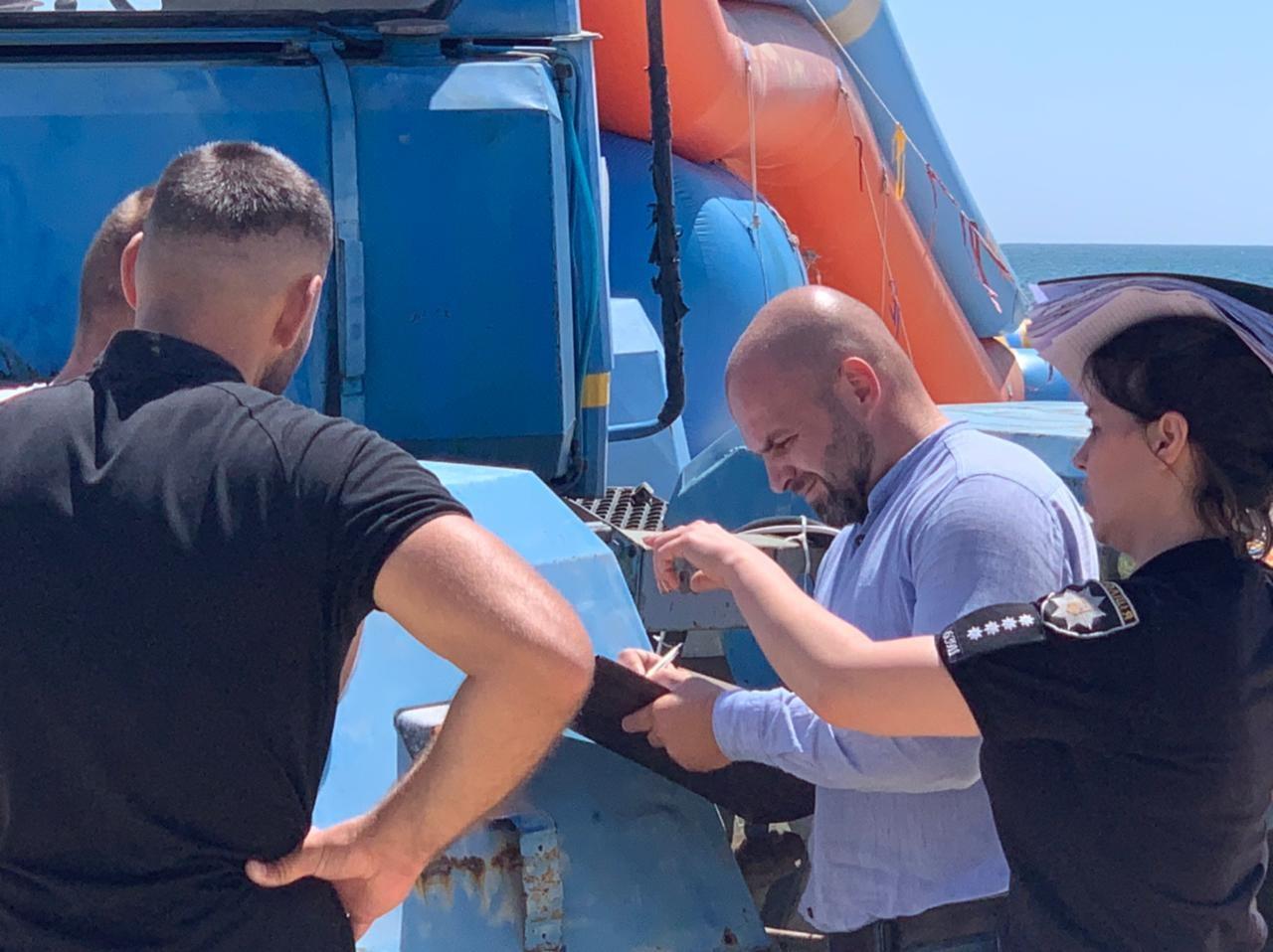 """Отказался платить """"мзду"""" - уничтожат бизнес: в Затоке местные чиновники сносят спасательные вышки"""