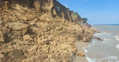В курортной Лебедевке произошел масштабный обвал грунта на побережье. Под землей могут быть люди (ОБНОВЛЕНО)