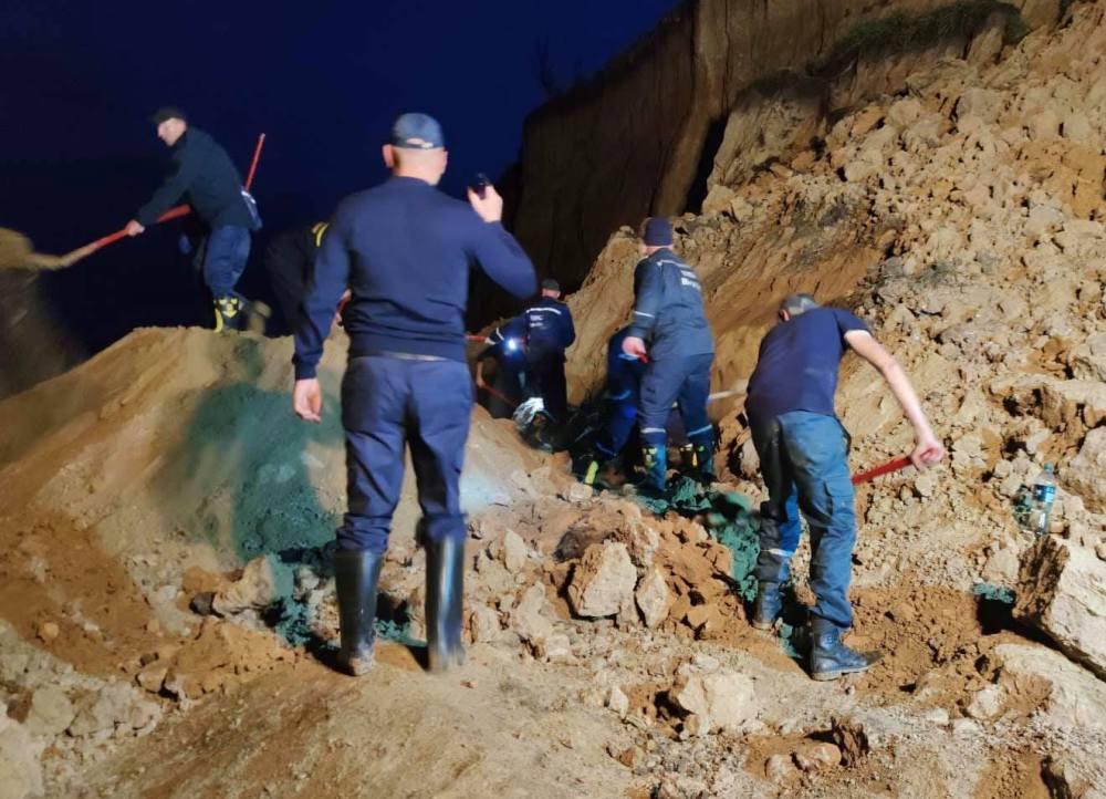 Спасателями расчищена половина территории под обвалом грунта в курортной Лебедевке. Пострадавшие не обнаружены