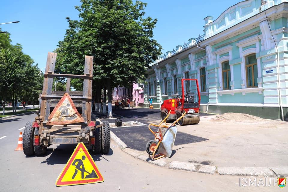 В центре Измаила активно обновляют тротуары (фоторепортаж)