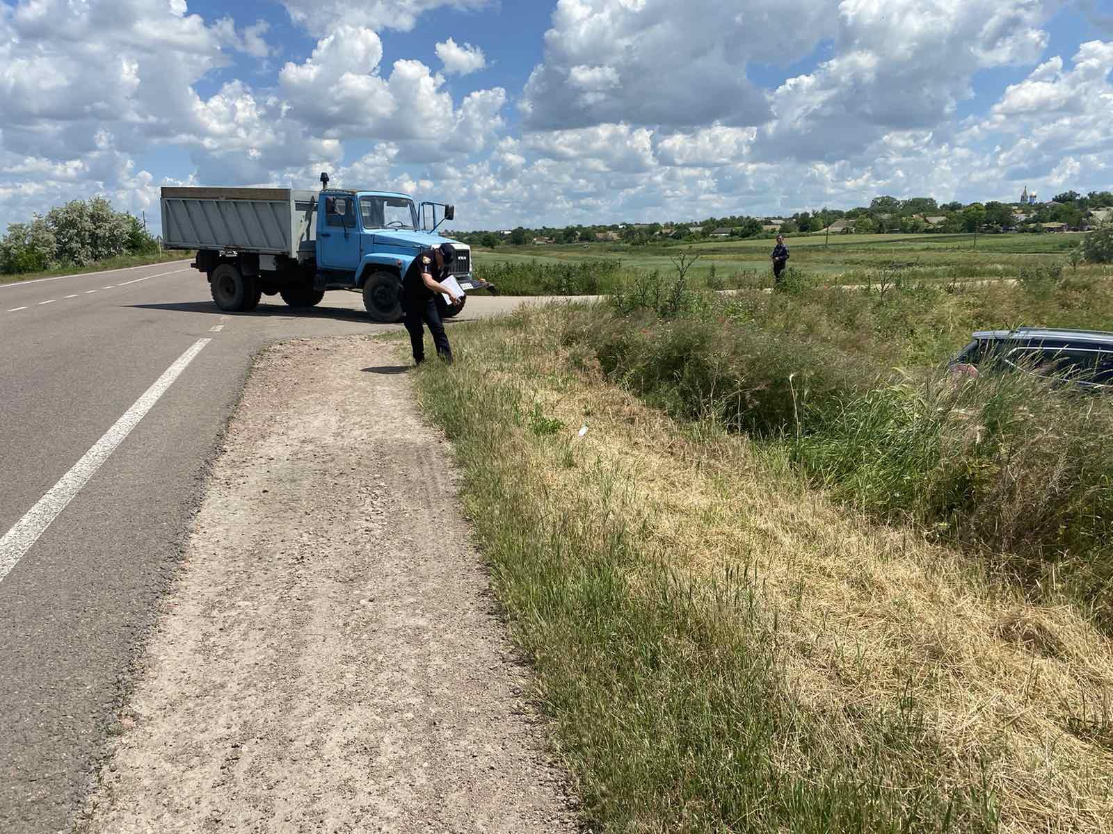 На трассе близ Белолесья легковушка улетела в кювет, не разминувшись с грузовиком (фото)