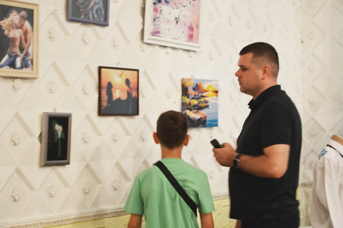 Когда творит душа: в Килии торжественно открылась выставка Любови Машлевской, которая вышивает, не имея рук
