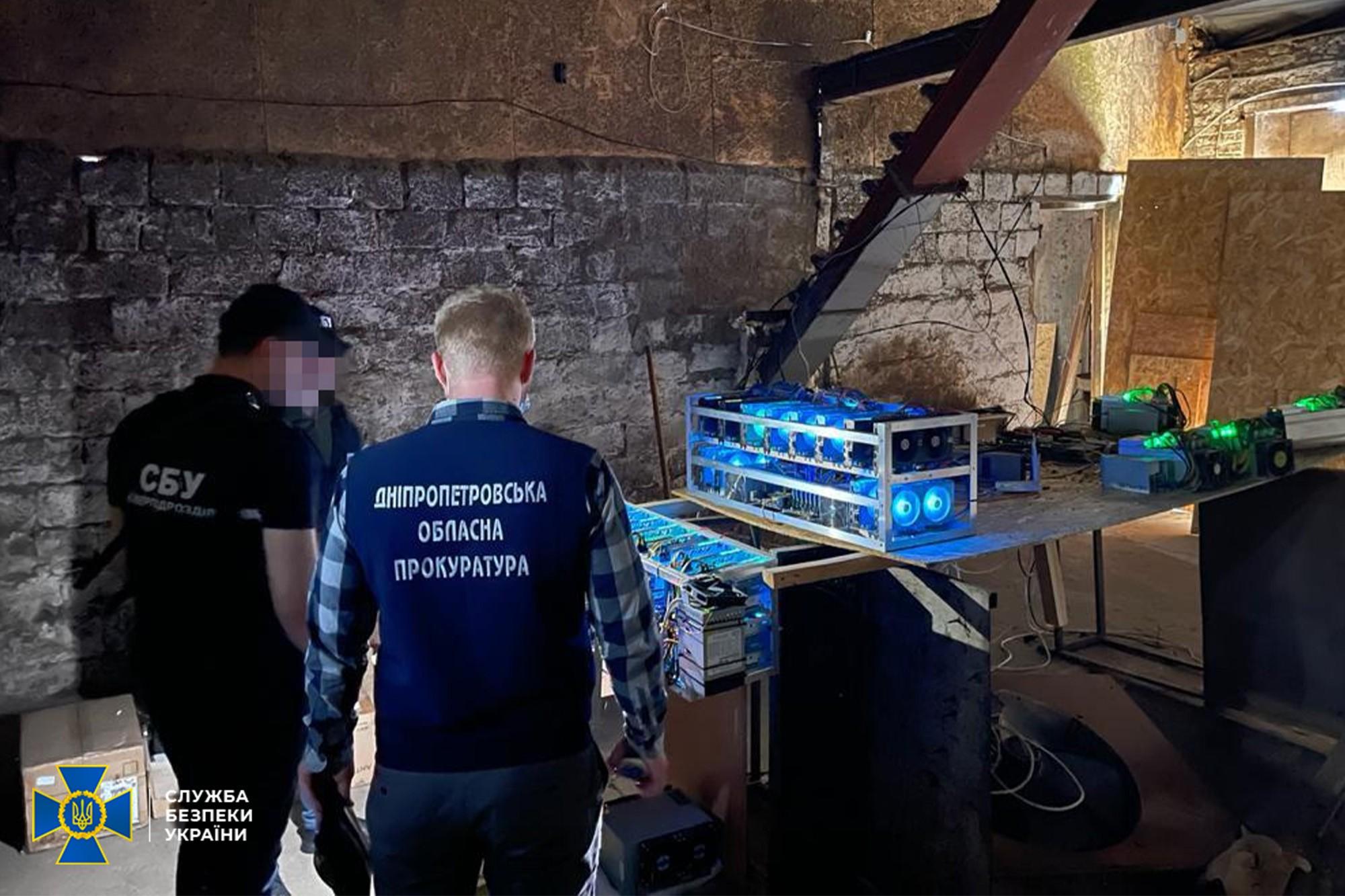 СБУ заблокировала дерзкую майнинг-ферму: криптовалюту добывали в сарае «прямо из трансформатора»