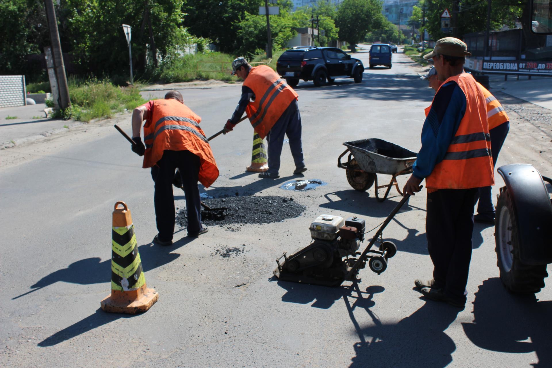 """В Аккермане начали """"латать"""" один из самых убитых участков дороги"""