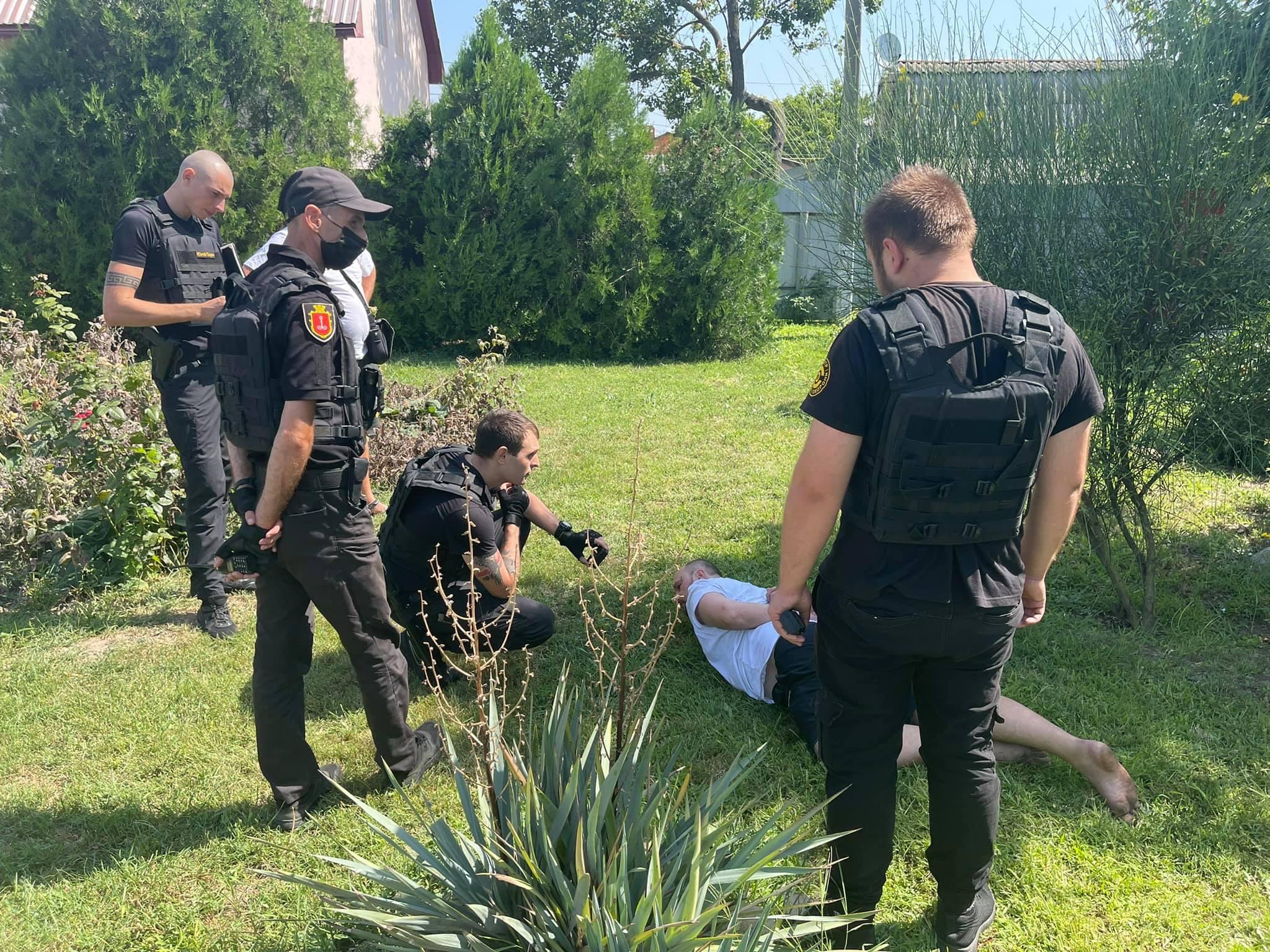 Под Одессой двое чеченцев эффектно обезвредили хулигана, который ворвался с ножом в сельсовет