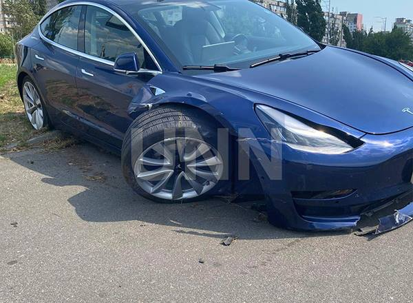 В Киеве 9-летний мальчик за рулем Tesla протаранил автомобиль автошколы