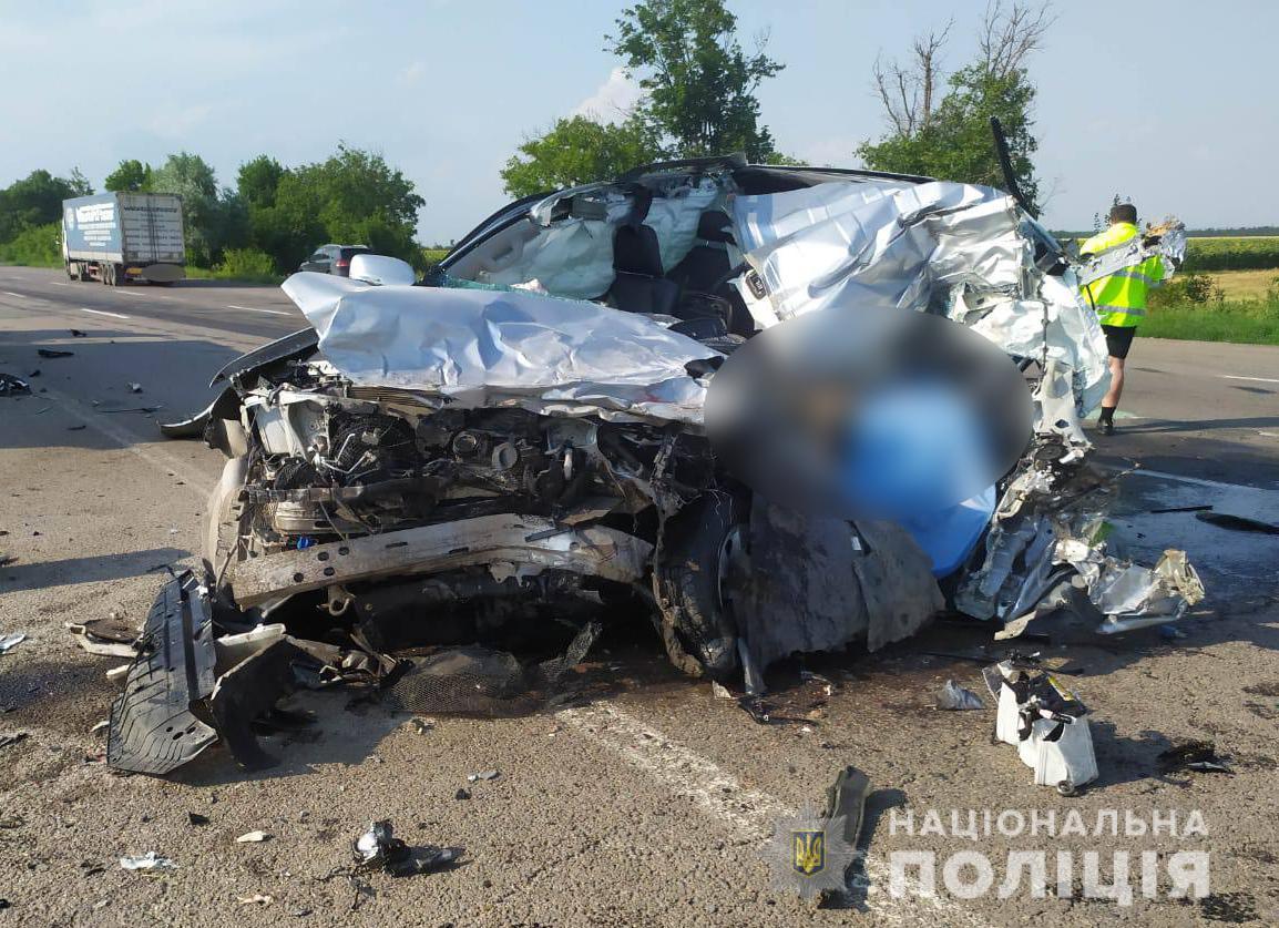 """Машина всмятку: под Одессой внедорожник влетел в зерновоз. Чиновник """"Автодора"""" погиб на месте"""