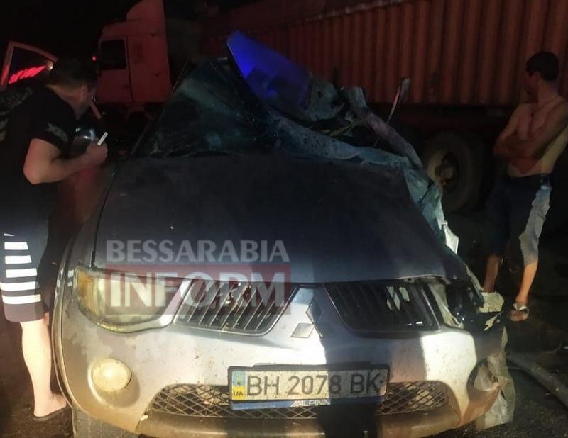 На трассе Одесса-Рени в Татарбунарах Mitsubishi L200 залетел под зерновоз: есть погибший