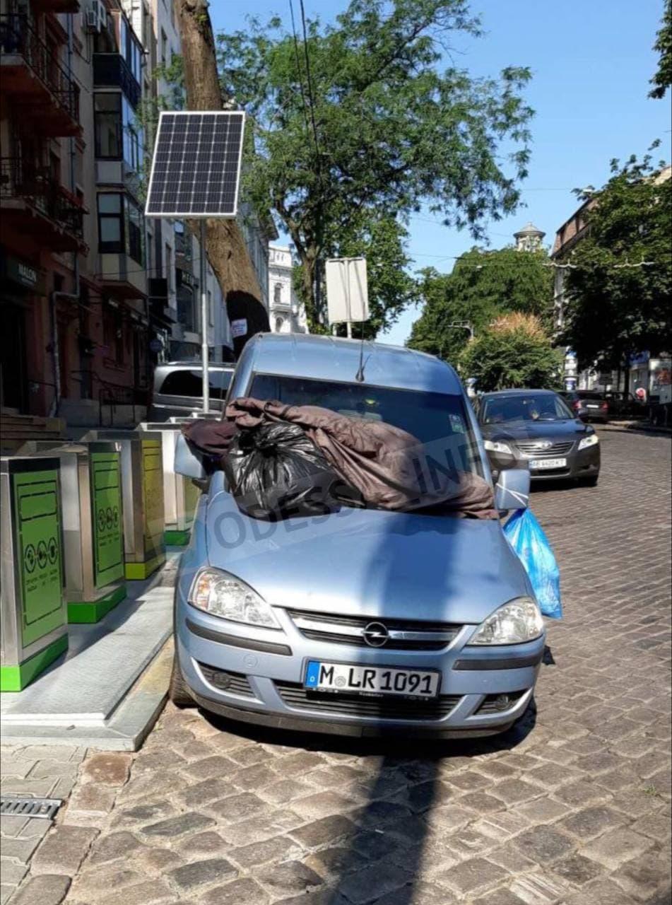 Одесситы оригинально наказали автохама, неудачно припарковавшего авто