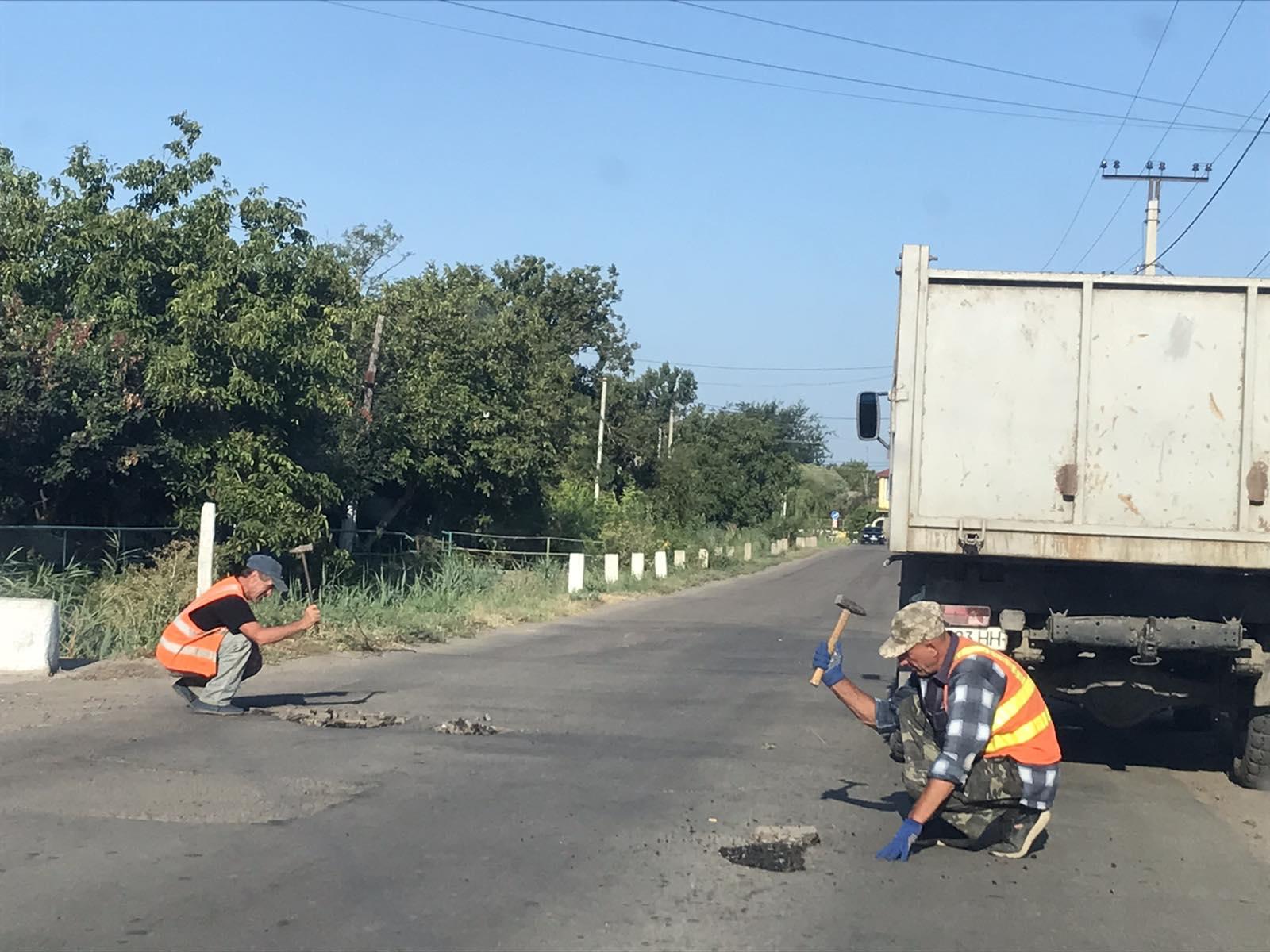 Вторая жизнь асфальта: в Килии коммунальщики засыпают ямы на дорогах асфальтной крошкой