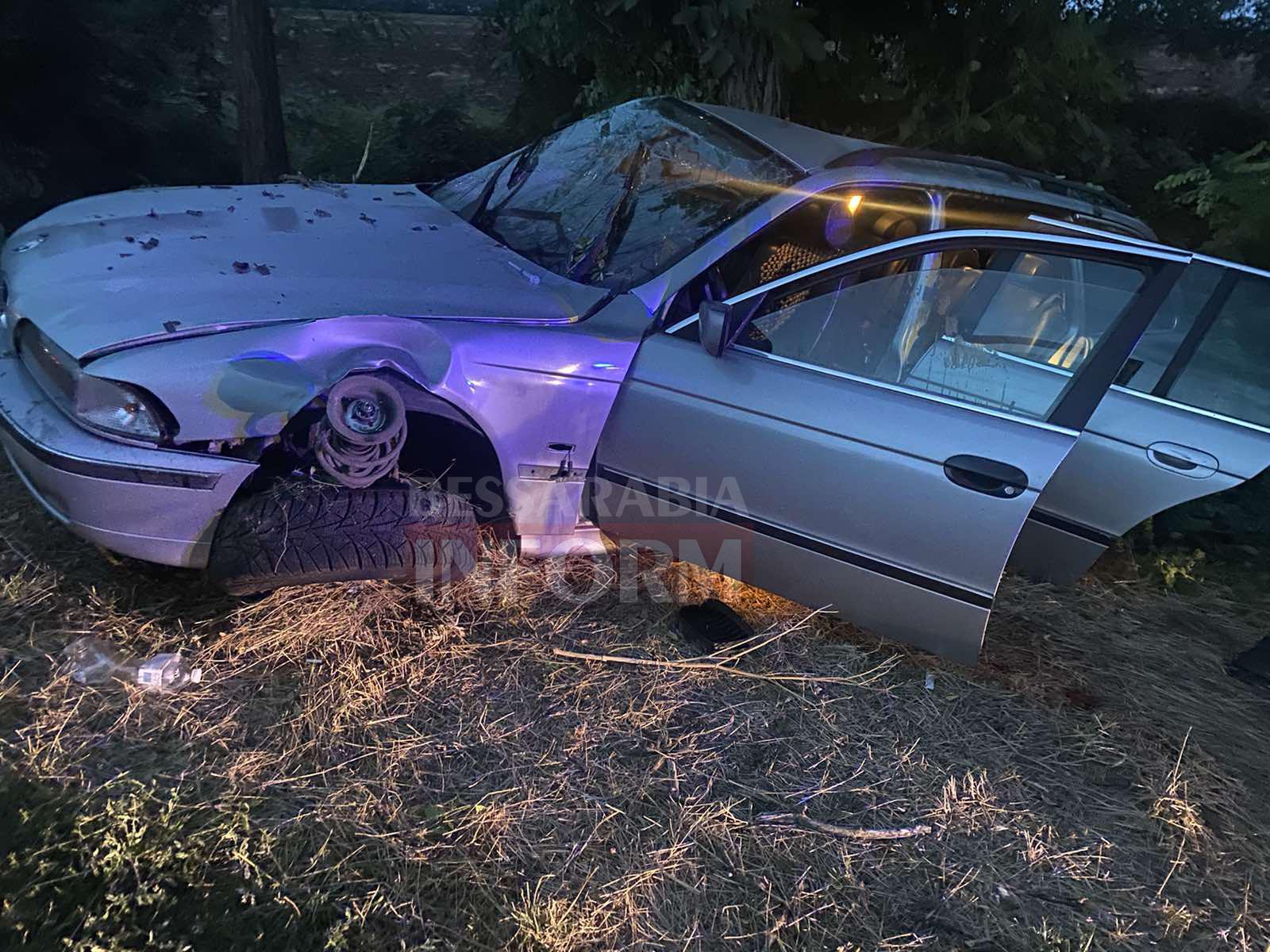 На трассе Одесса-Рени BMW влетело в дерево: водитель погиб, пассажира в тяжелом состоянии забрала скорая