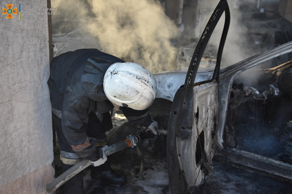 """В Одессе на недействующем заводе """"Лукойл"""" полностью сгорели шесть автомобилей - полиция подозревает поджог"""
