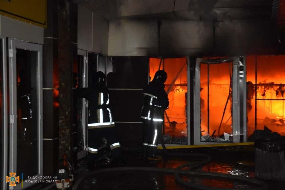 В Одессе ночью четыре десятка спасателей тушили масштабный пожар в торговых павильонах с одеждой и обувью