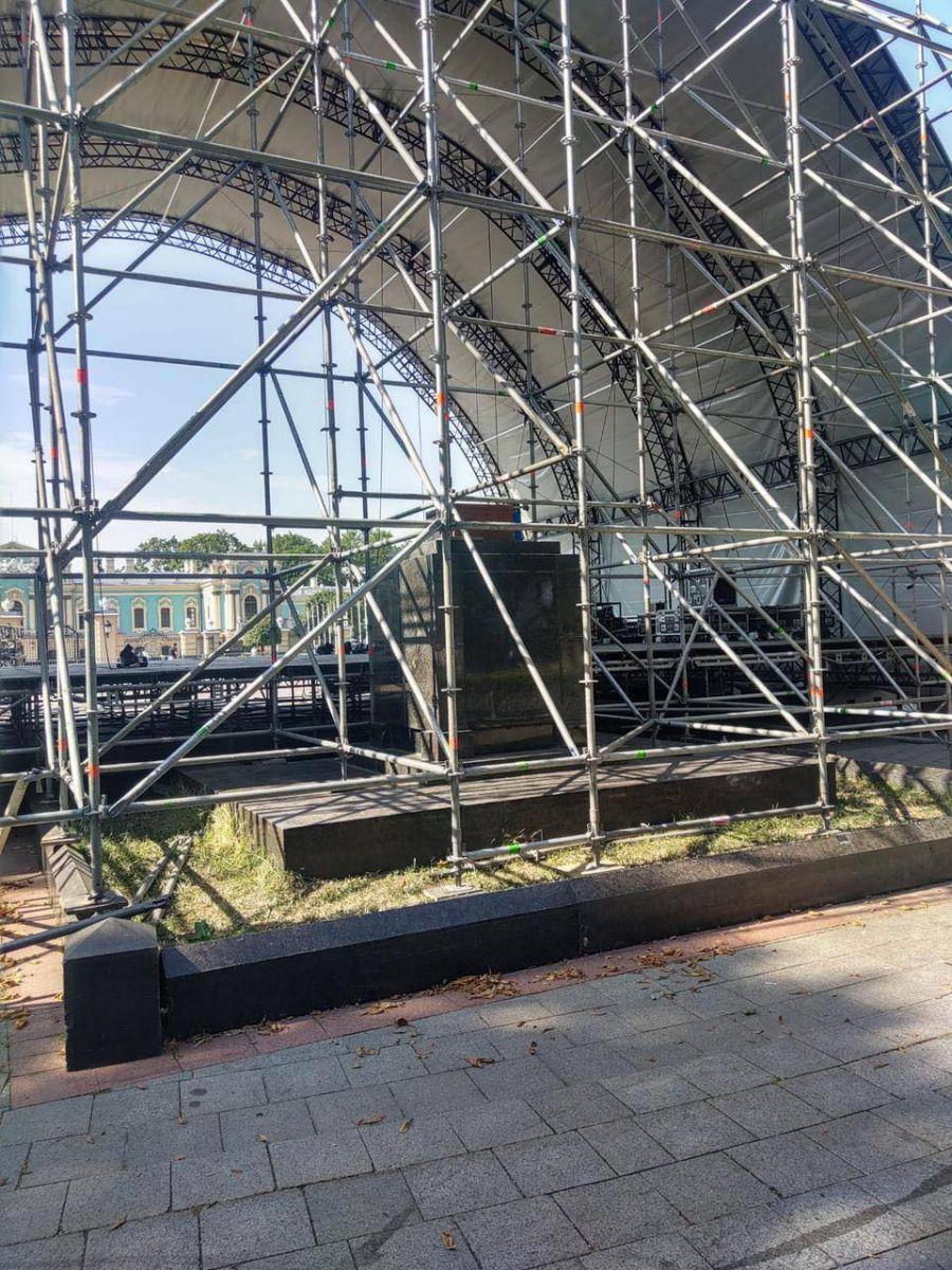 Лучше места не нашли: в Киеве концертную сцену ко Дню независимости установили на братской могиле