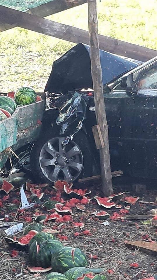 В Одесской области авто влетело в придорожную лавку с арбузами, есть пострадавший