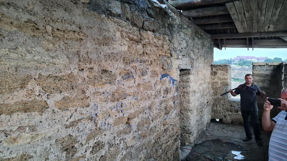 В Аккерманской крепости отмывают от граффити башню Пушкина