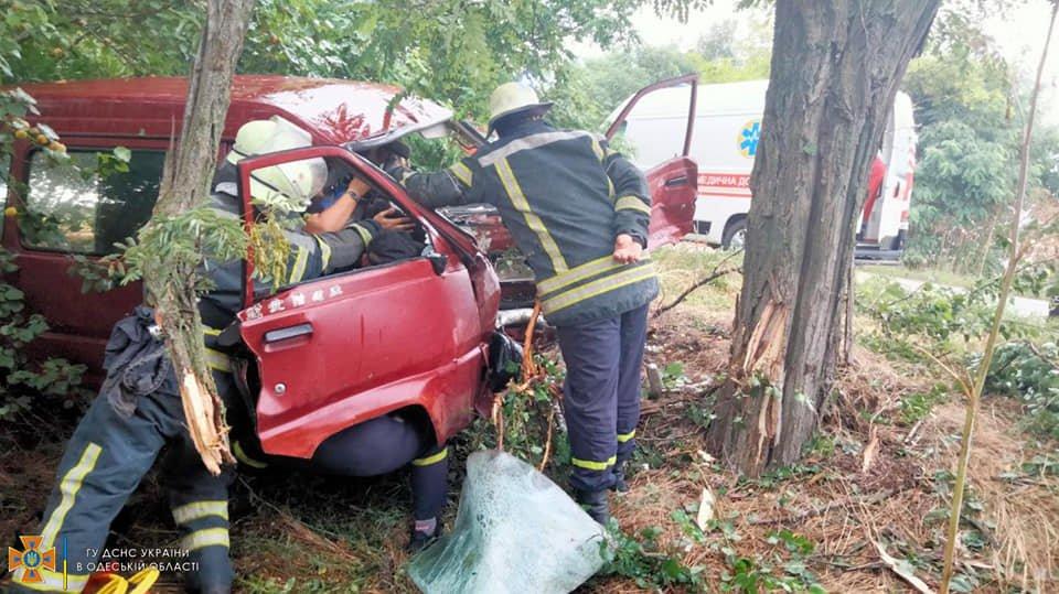 Спасатели доставали пострадавших из покореженного авто на трассе Одесса-Вознесенск