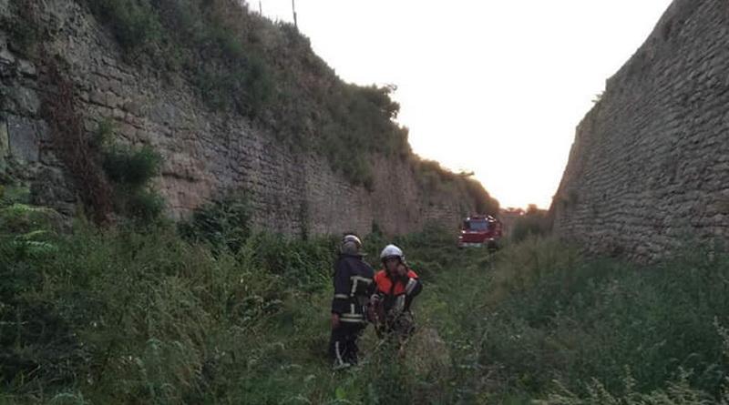 Спасателям пришлось доставать из глубокого рва мужчину, который упал с внешней стены Аккерманской крепости