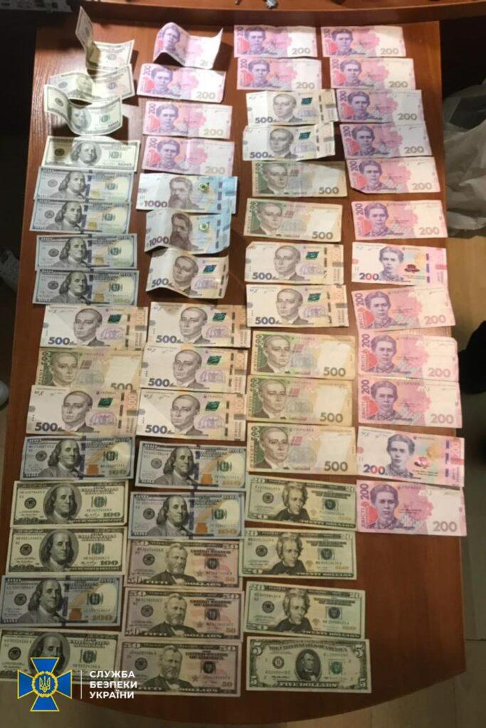 От 300 до 1 тыс. у.е. за избежание админответственности и снятие арестов с имущества: чиновник исполнительной службы попался на взятках